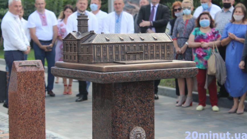 Біля Театрального майдану відкрили бронзовий макет Тернопільської ратуші.  Яка його особливість?