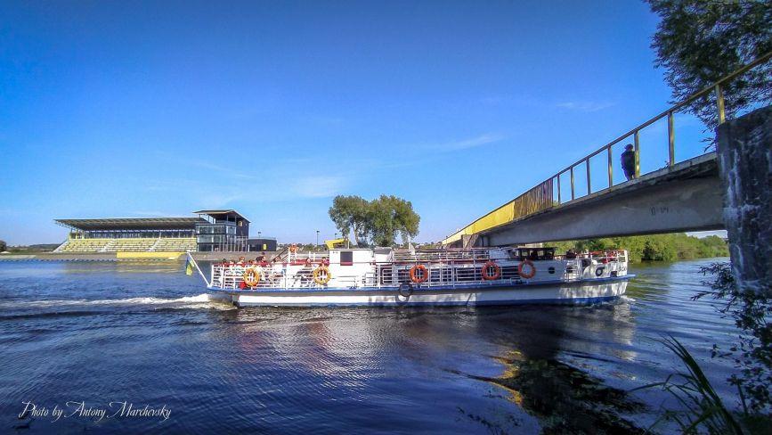 """Фото дня: як новий теплохід """"Сигма"""" проходить під Білецьким мостом"""