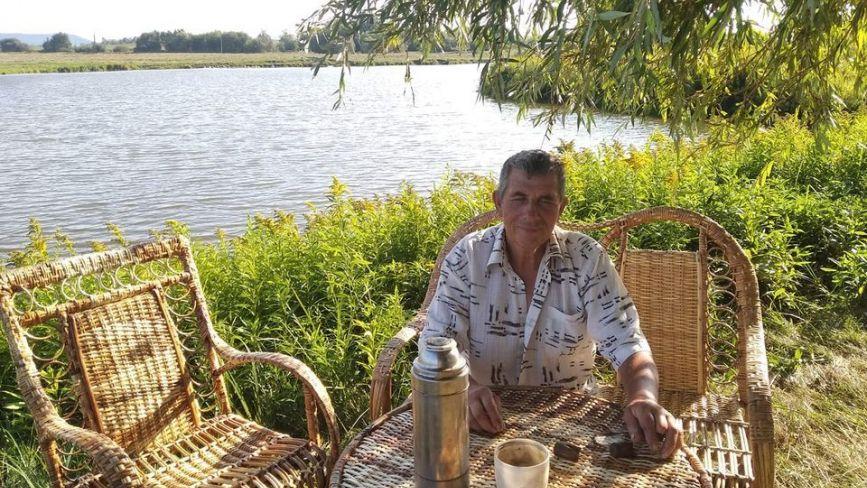 Кошики, крісла та столи: чоловік  з Кременеччини майже 40 років займається лозоплетінням