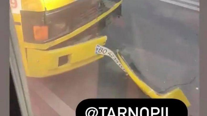 """Фото дня: ДТП на Руській, маршрутка """"втратила"""" бампер. Чи в безпеці пасажири?"""