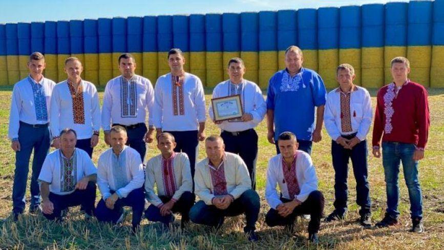 Синьо-жовтий прапор з тюків соломи із Тернопільщини увійшов до Книги рекордів України