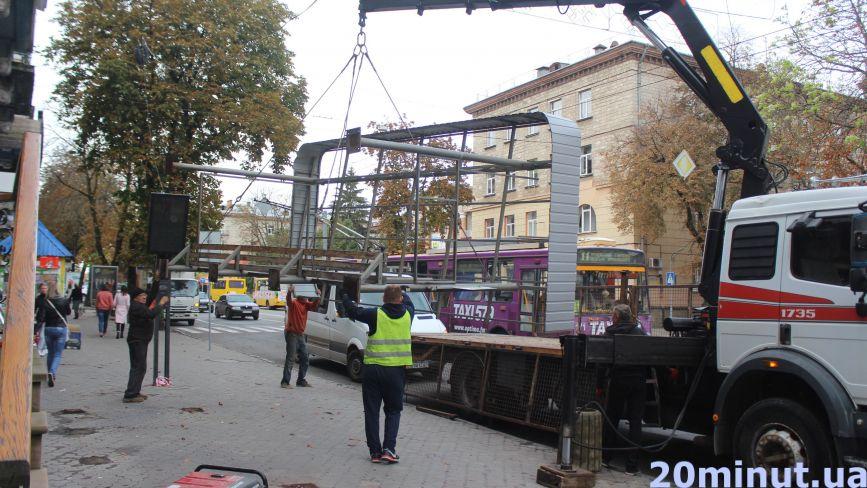 Фото дня: на Руській демонтували зупинку громадського транспорту