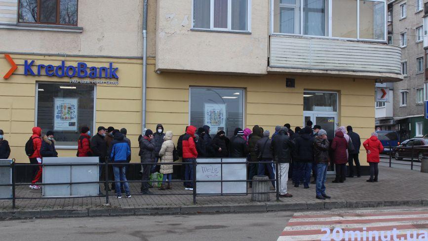 """""""Страшно, але жити за щось треба"""". Чому заробітчани """"штурмують"""" тернопільські банки?"""
