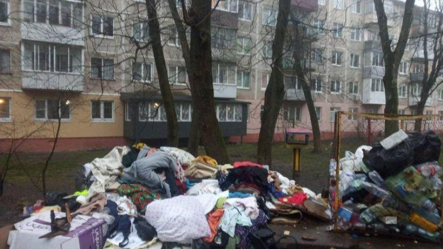 У Тернополі речі померлої нові власники житла викидали серед ночі. Чи варто хвилюватися, якщо у неї був ковід?