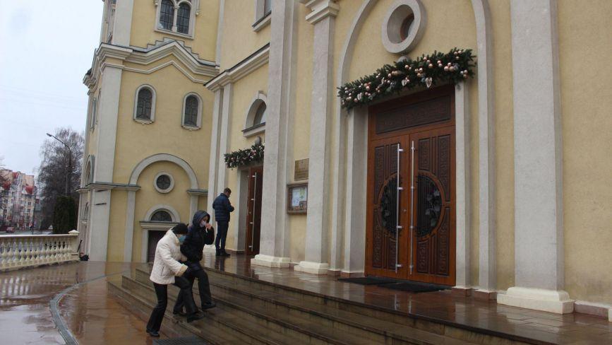 Без масок і дистанції, але з вірою у серці. Про різдвяну службу у тернопільських церквах (РЕПОРТАЖ)
