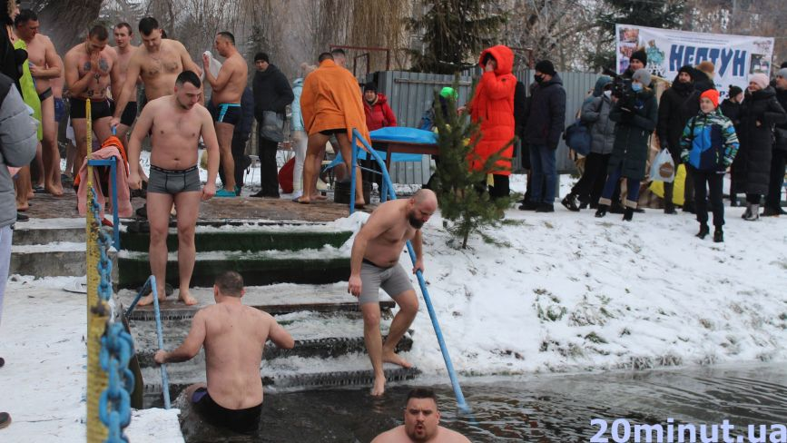 «Щоб було здоров'я, треба пірнати правильно»: як тернополяни занурюються на Водохреще (ФОТОРЕПОРТАЖ)