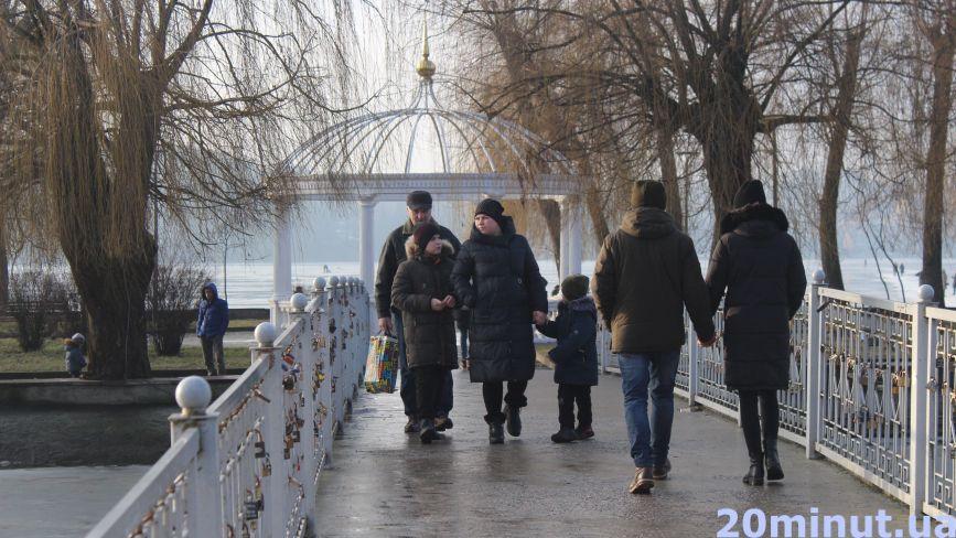 Хтось гуляє з дітьми на майданчиках, а хтось – йде на лід. Як відпочивають тернополяни (ФОТОРЕПОРТАЖ)