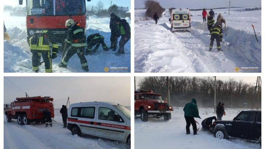 На Тернопільщині в снігові замети потрапили рейсові автобуси та швидкі. Як їх визволяють і що з людьми?