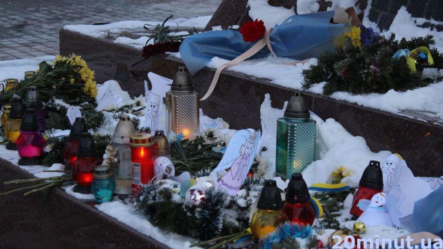 Фото дня: сотні ангелів, квіти та лампадки. У Тернополі вшановують героїв Євромайдану