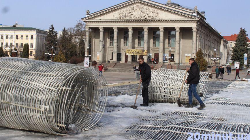 Фото дня: на Театральному майдані демонтують зимову ковзанку