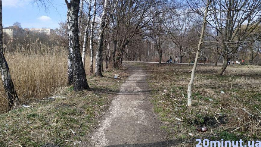 «Пейзаж» вражає. Як ділянку в парку «Топільче» перетворюють на смітник (ФОТО)