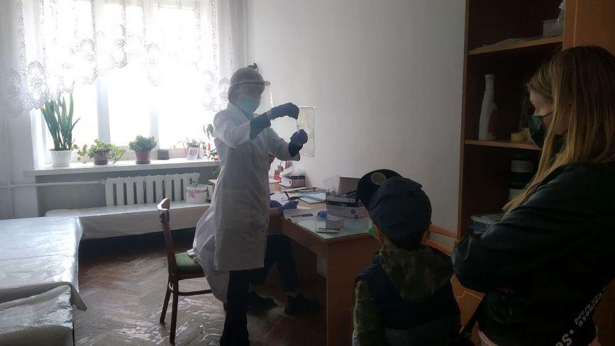 Лікарка наполягає, щоб дитина йшла на ПЛР-тест. Чи справді батькам відмовляються відкривати лікарняні