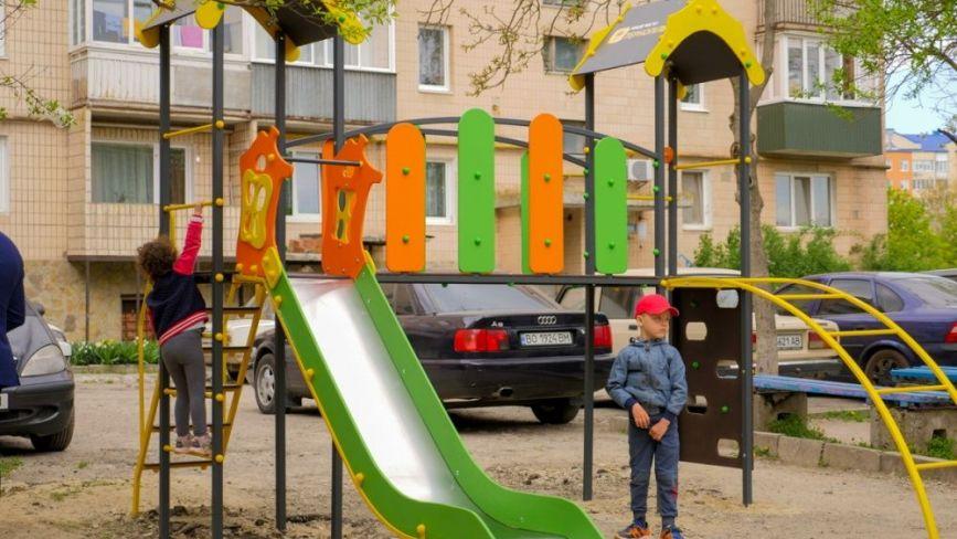 У Тернополі почали встановлювати дитячі майданчики нового зразка (ФОТО)