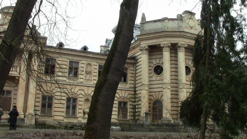 Побиті вітражі, знищені колони і діри в стелі: палац Бадені на Тернопільщині потребує нагальної допомоги