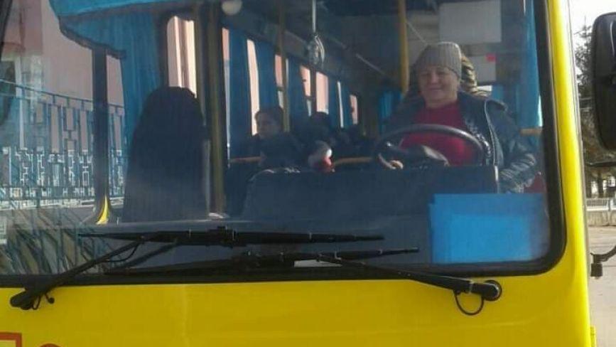 """Їздила на тракторі та """"копійці"""". На Тернопільщині шкільним автобусом вже п'ять років керує жінка"""