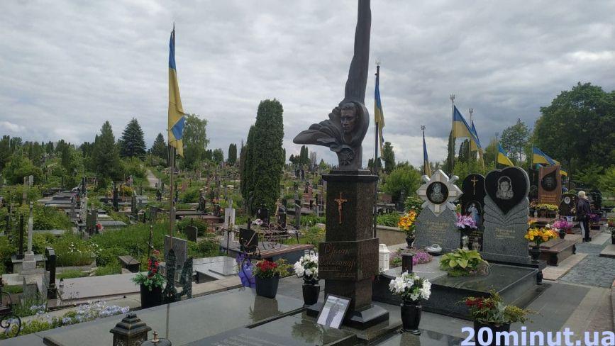 Які Герої  спочивають на Микулинецькому цвинтарі та як виглядають їхні поховання (ФОТО)