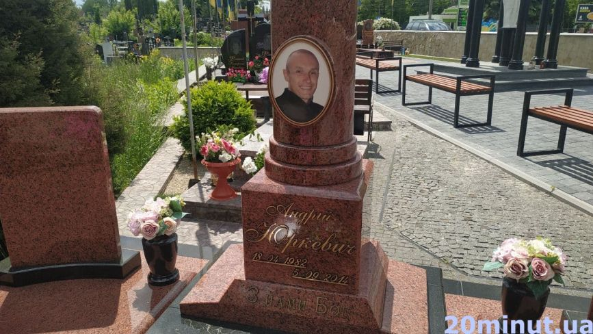 Їхня посмішка застигла на граніті: які Герої спочивають на Микулинецькому цвинтарі (ФОТО)