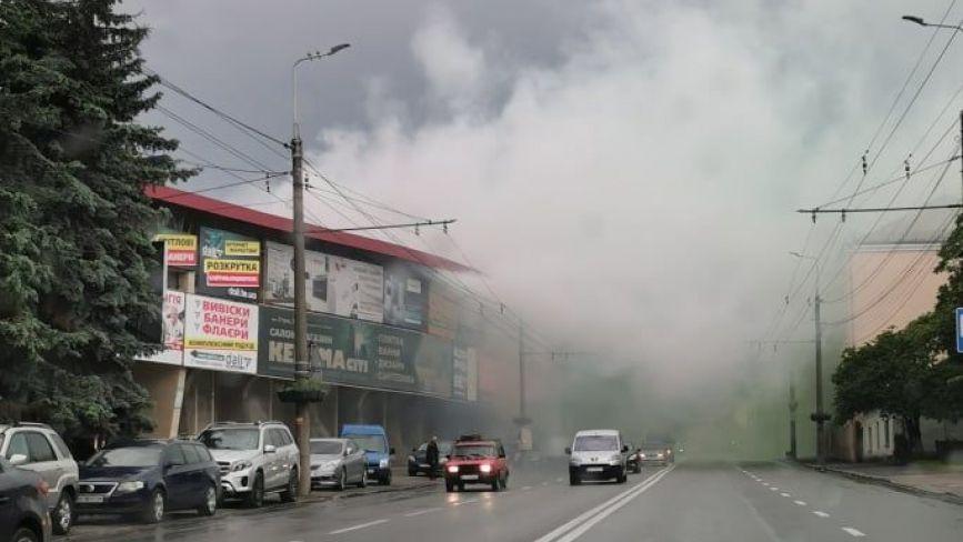 Біля стадіону усе в зеленому диму з разючим запахом (ФОТО ДНЯ)