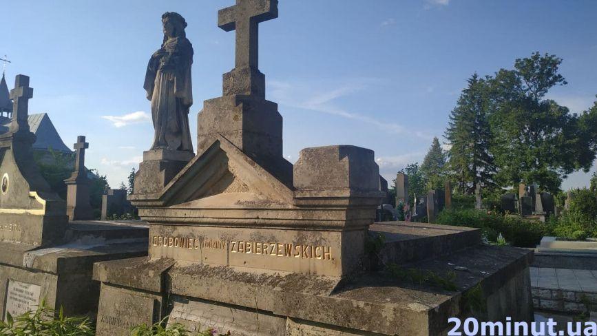 Хто похований у склепах, яким понад 100 років. Відкриваємо таємниці Микулинецького цвинтаря (ФОТО)
