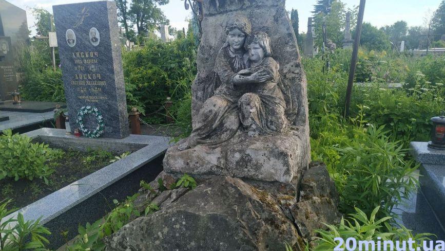 Зібрали історію найстаріших пам'ятників на Микулинецькому цвинтарі (ФОТО)