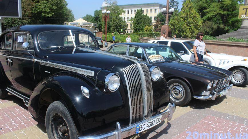 На Театральному майдані показали колекцію ретро-автомобілів. Дивіться фото!