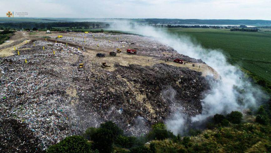 Два дні горіло сміттєзвалище в Малашівцях (ОНОВЛЕНЕ)