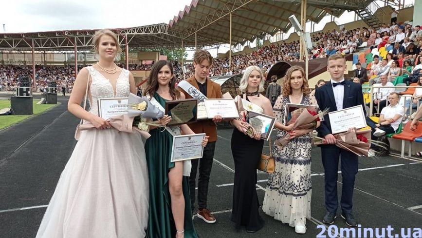 На тернопільському стадіоні нагородили кращих випускників. І без політики не обійшлося
