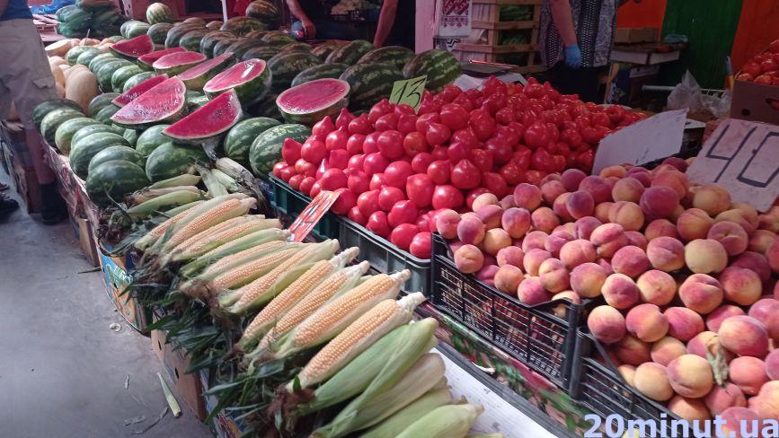 Ціни «кусаються», але ми знайшли, де дешевше! Скільки коштують літні овочі та фрукти на ринках