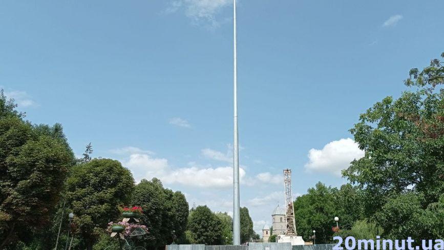 """Фото дня: у """"Топільче"""" встановили 50-ти метровий флагшток за 4,8 млн гривень"""