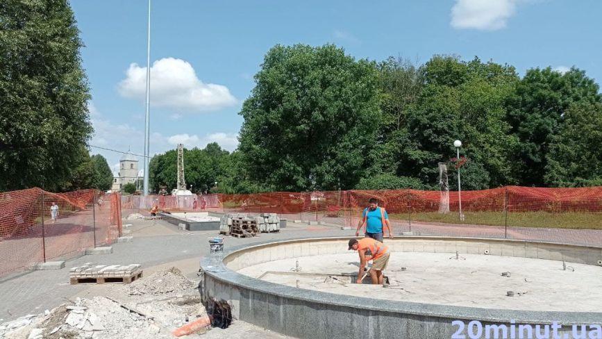 """У """"Топільче"""" ремонтують фонтани. Коли запрацюють та скільки заплатить місто?"""
