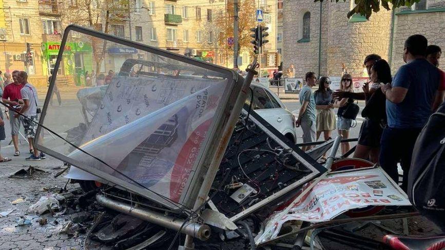 Авто вилетіло на тротуар в самісінькому центрі Тернополя. У крові водія 2, 08 проміле алкоголю (ФОТО)