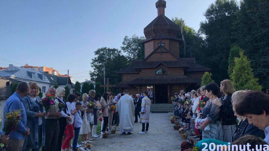 Тернополяни  освячують фрукти у кошиках. Репортаж із церков на Свято Преображення (ФОТО)