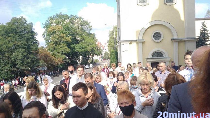 Тернополяни прийшли на святкову службу до Церкви Успіння Пресвятої Богородиці (ЗАПИС ТРАНСЛЯЦІЇ)