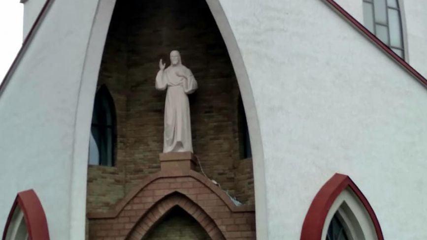 Фото дня: в костелі на Східному над входом встановили фігуру Ісуса Христа