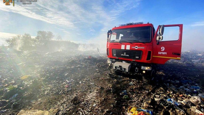 У Бучачі другий день горить сміттєзвалище (ФОТО)