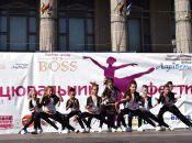 900 дітей танцюють на фестивалі на Театралці