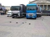 На Театралці - кілька вантажівок. Готуються до приїзду Президента