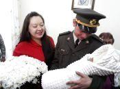"""«Вони зустрілися на війні, це кохання"""". У подружжя військовослужбовців народилась донечка"""