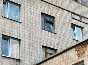 Уламки скла звисають із четвертого поверху міської лікарні №2
