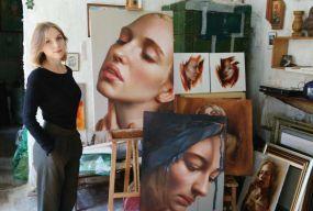 Тернополянка малює унікальні картини, які важко відрізнити від фото