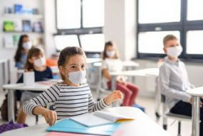 За добу на СOVID-19 захворіла рекордна кількість вчителів та учнів. Звідки вони та що буде з навчанням?