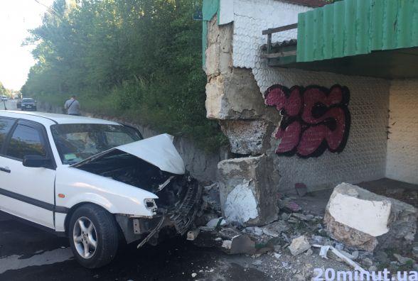 ДТП біля Текстерно: авто протаранило зупинку