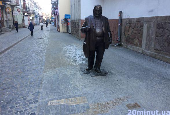 Фото дня: на Валовій оновили пам'ятник Гереті
