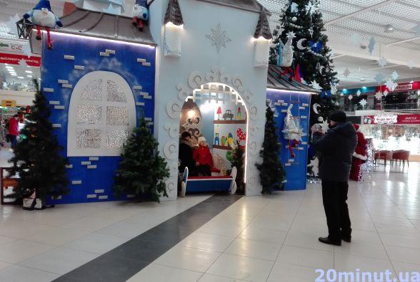 """Фото дня: у """"Подолянах"""" фотографуються біля новорічно-різдвяних декорацій"""