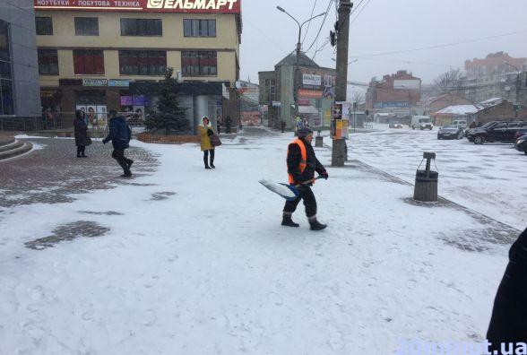 Фото дня: комунальники розчищають сніг біля автовокзалу