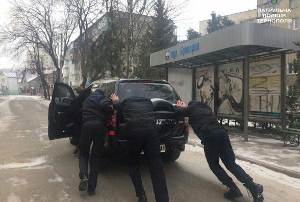 Троє патрульних штовхали авто на Броварній