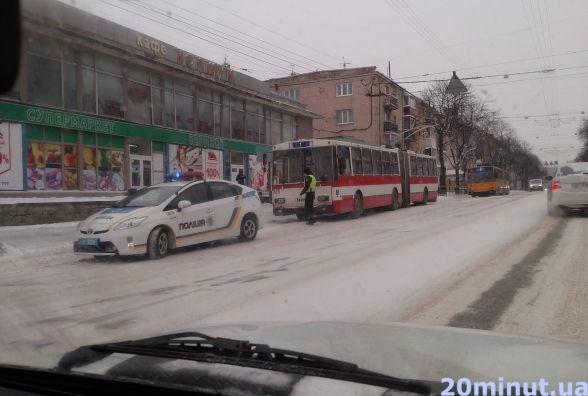 Патрульні зупинили водія тролейбуса, який проїхав на червоне світло
