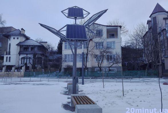 """Фото дня: зарядити свій гаджет від сонячного дерева на """"Циганці"""" поки не можна"""