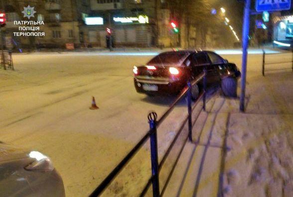 У Центрі Opel в'їхав в огорожу