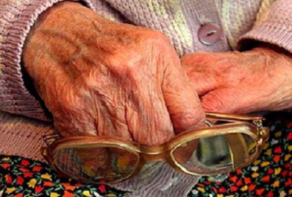 90-річній бабусі урочисто вручили паспорт у вигляді ID-картки